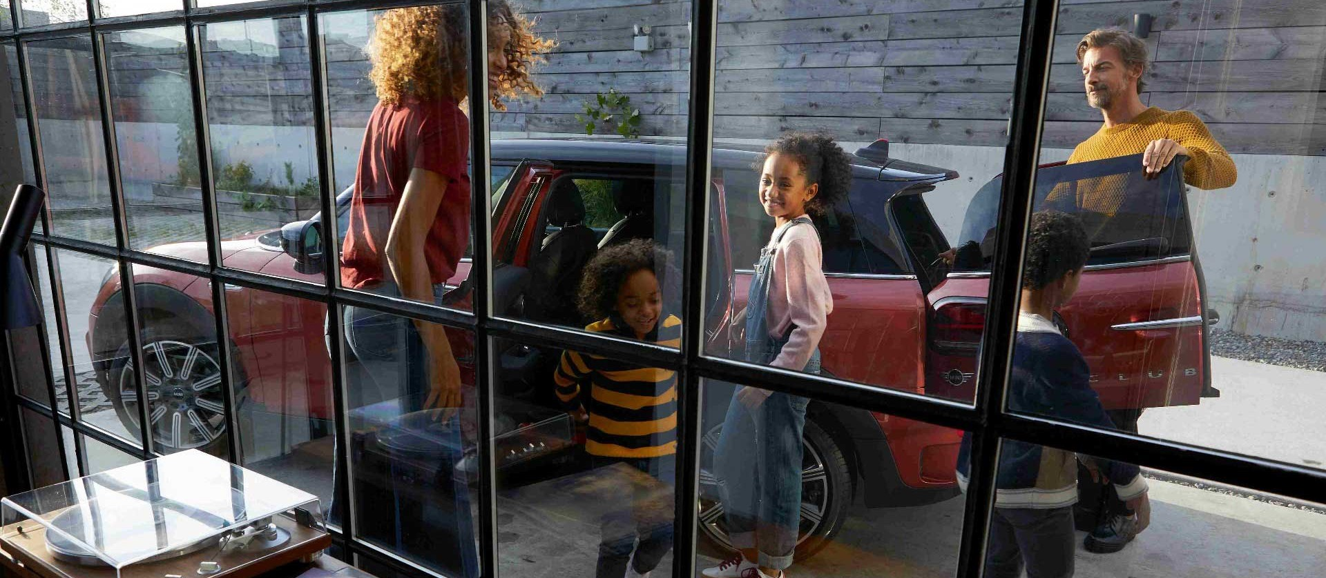 Junge Familie unternimmt einen Tagesausflug in ihrem MINI Abo.